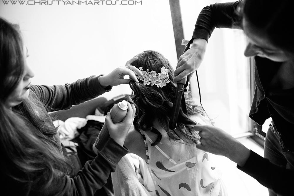 Galerías de fotos de Bodas Gay en Barcelona arreglando a la novia peinado de la novia Peluquería y Maquillaje para novias